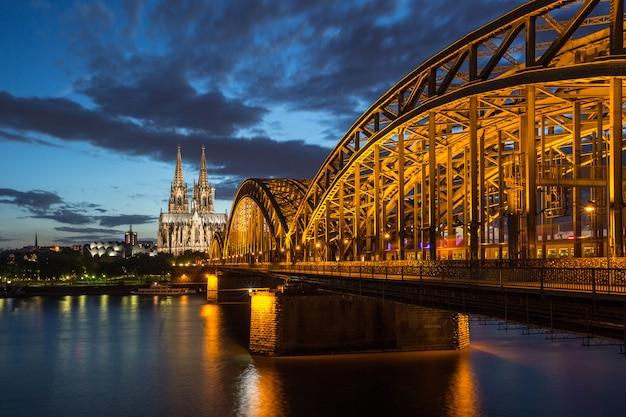 Beroemde kathedraal en brug in keulen bij schemering