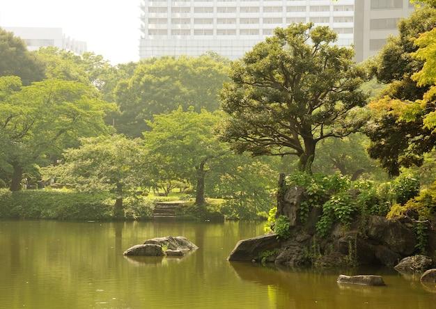 Beroemde korakuen-park door hete heldere zomer in tokio