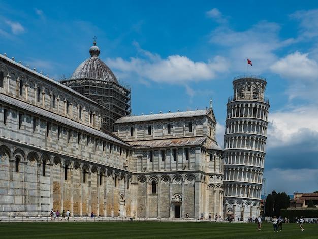 Beroemde leunende toren van pisa tegen de blauwe hemel