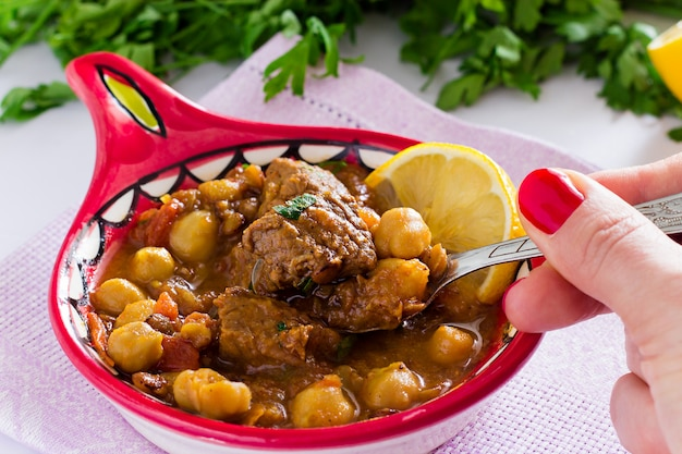 Beroemde marokkaanse soepharira met vlees, kekers, linzen, tomaten en kruiden. stevig, geurig. voorbereiden op iftar in de heilige maand ramadan