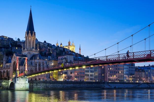 Beroemde mening van kerk in lyon met rivier saone bij nacht