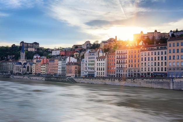 Beroemde mening van saone-rivier in de stad van lyon bij zonsondergang, frankrijk