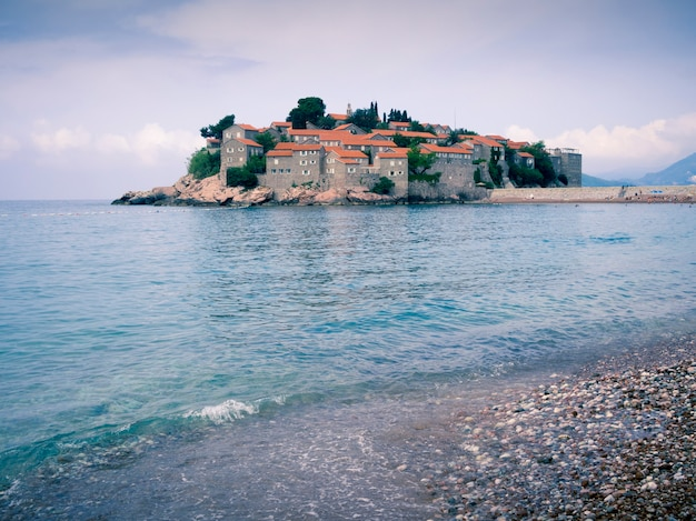 Beroemde montenegro oriëntatiepunt st. stefan eiland tegen zomerdag