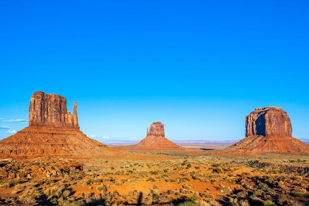 Beroemde monument valley met blauwe lucht, verenigde staten