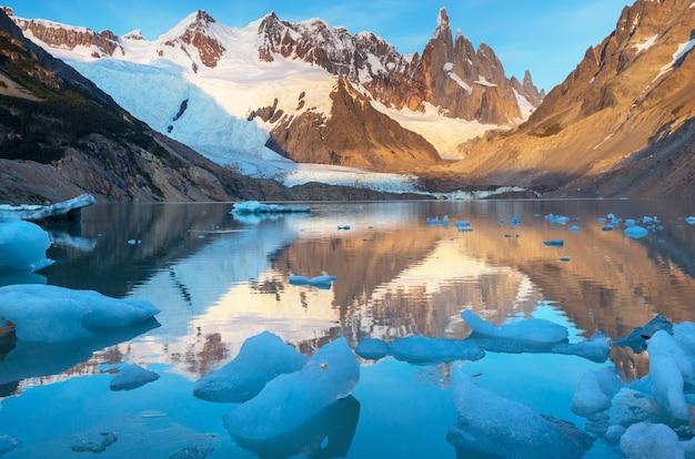 Beroemde mooie piek cerro torre in de bergen van patagonië