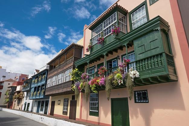 Beroemde oude kleurrijke balconie die met bloemen wordt verfraaid. koloniale huizen in la palma islan