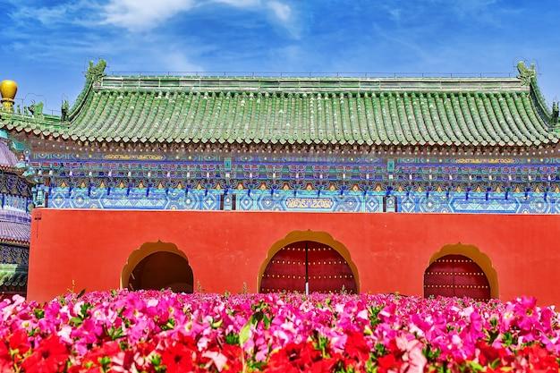 Beroemde pagodetempel dichtbij van hemel in peking met bloemengazon. china.