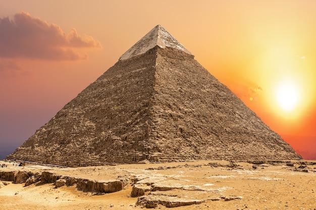 Beroemde piramide van chephren en de zonsondergang in giza.