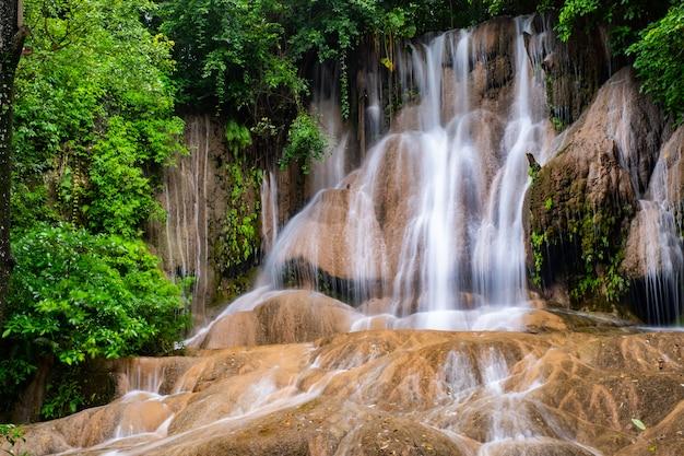 Beroemde plaats in thailand (sai yok noi water val)