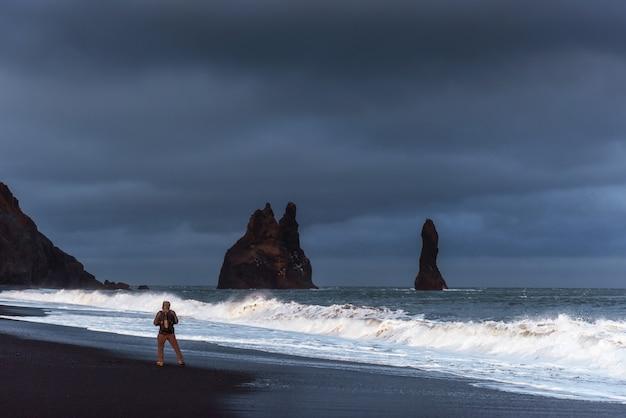 Beroemde reynisdrangar-rotsvormingen bij zwart reynisfjara-strand
