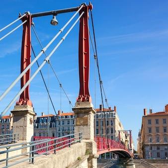 Beroemde rode voetgangersbrug in lyon, frankrijk, europa.
