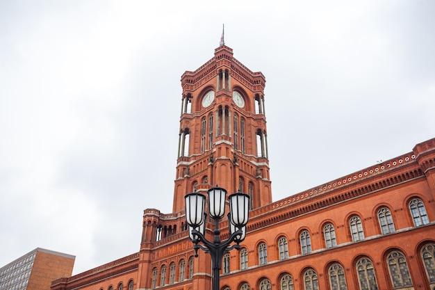 Beroemde rotes rathaus, betekenis rood stadhuis in de duitse taal, berlijn, duitsland.