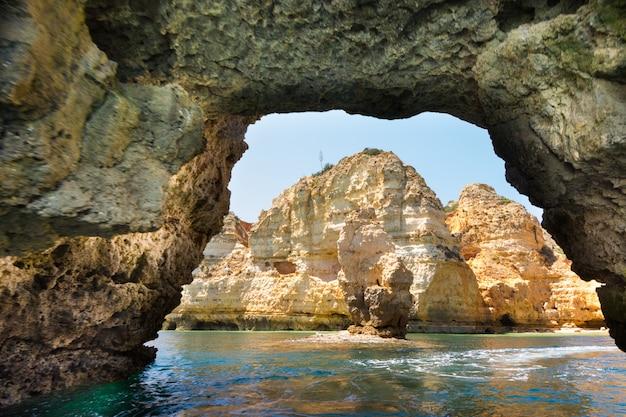 Beroemde rotsen in zee, oceaan, lagos in portugal