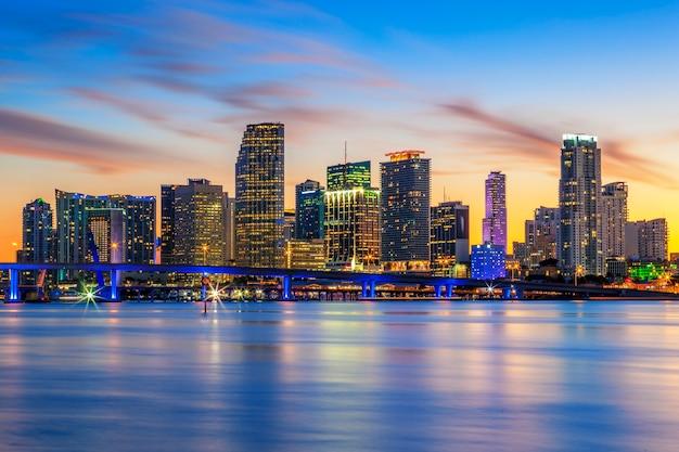 Beroemde stad miami, florida, zomerzonsondergang, vs.