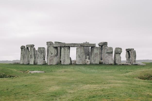 Beroemde stonehenge, het verenigd koninkrijk onder de bewolkte hemel