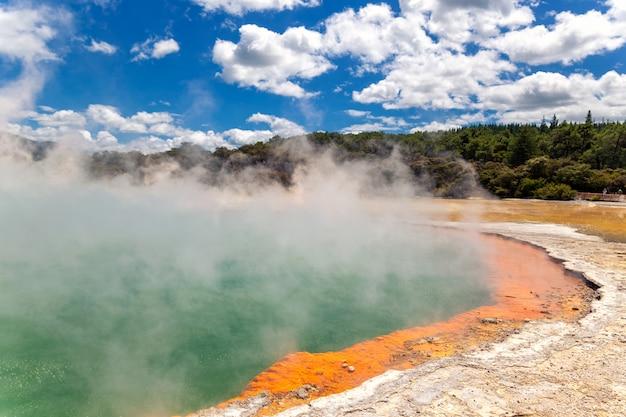 Beroemde thermale meer champagne pool in wai-o-tapu thermanl wonderland in rotorua, nieuw-zeeland
