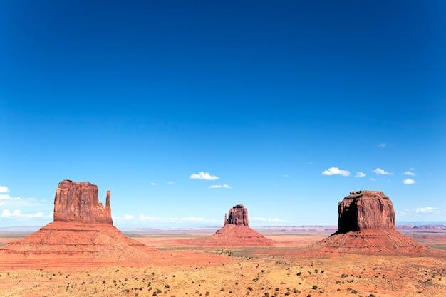 Beroemde weergave van monument valley, utah, verenigde staten.