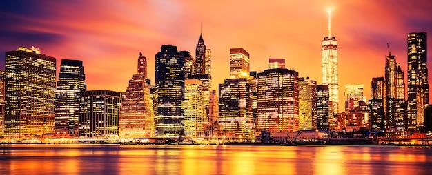 Beroemde weergave van new york city manhattan uit het stadscentrum bij zonsondergang