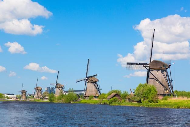 Beroemde windmolens in het dorp kinderdijk in nederland.