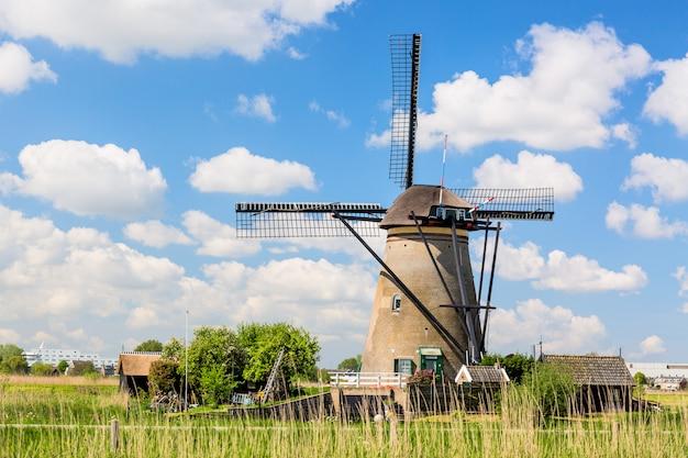 Beroemde windmolens in kinderdijk-dorp in holland.