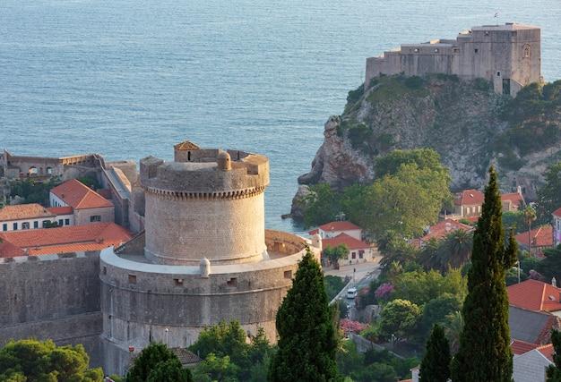Beroemde zomer uitzicht op de oude binnenstad van dubrovnik met fort en minceta-toren (kroatië).