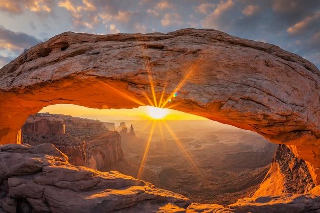 Beroemde zonsopgang bij mesa arch in canyonlands national park in de buurt van moab, utah, verenigde staten