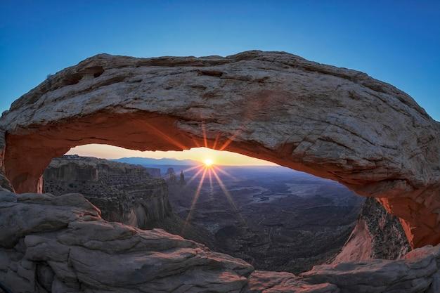 Beroemde zonsopgang bij mesa arch in canyonlands national park, utah, verenigde staten