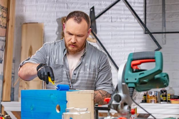 Beroep, mensen, timmerwerk, houtwerk en mensenconcept - timmerman die met hout werkt pl