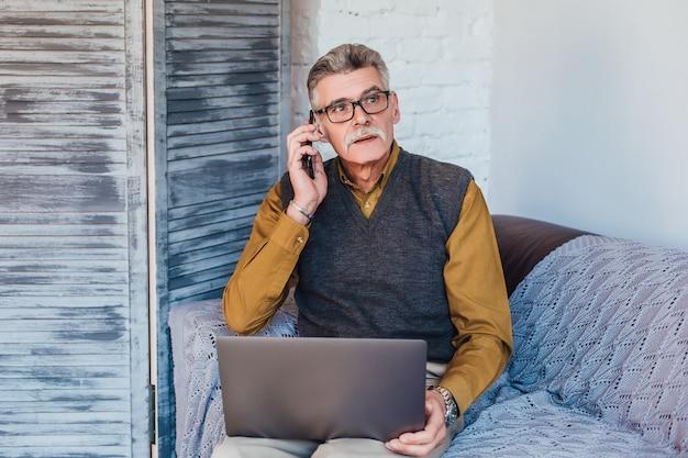 Beroepsbeoefenaar arts met behulp van laptop voor online raadplegen patiënt