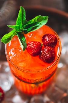 Berry cocktail op de lade. close-up van een koude cocktail.
