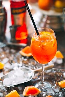 Berry cocktail op tafel. koude cocktail op ijs.
