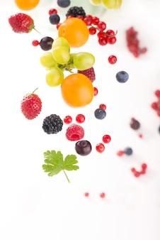 Berry mix geïsoleerd op een wit oppervlak.
