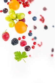 Berry mix geïsoleerd op een witte achtergrond.
