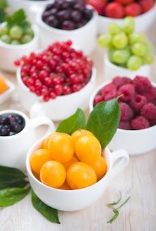 Berry mix geïsoleerd op een witte muur.