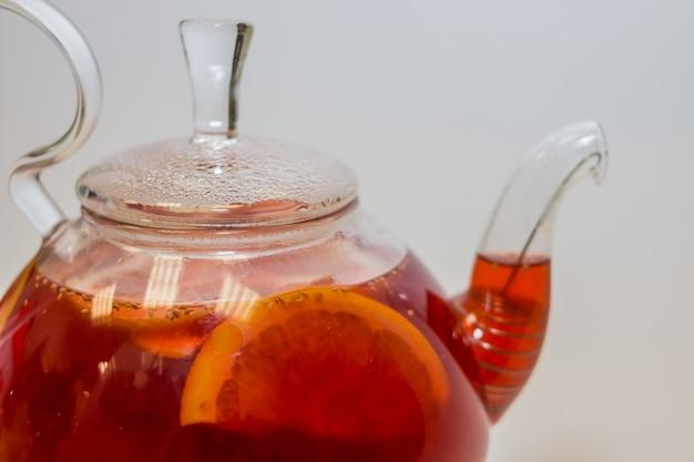 Berry rode thee, gezonde drank. ijsthee met citroenplons.