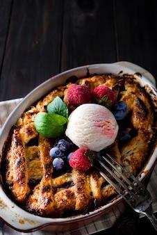 Berry tart. heerlijke cramertaart met ijs, bevroren aardbeien en bosbessen