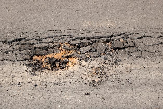 Beschadigde asfalt gebroken wegtransport zware vrachtwagen pothole