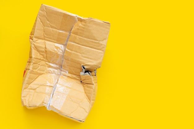 Beschadigde kartonnen doos met gat