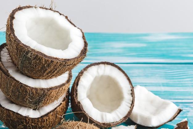 Beschadigde kokosnotenstukken met shell dicht omhoog