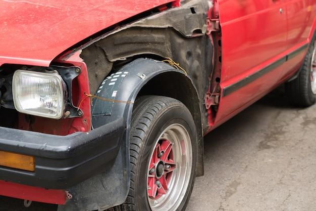 Beschadigde rode auto zonder lichaamsdelen