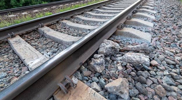 Beschadigde spoorlijn, close-up gevaar voor treinen.