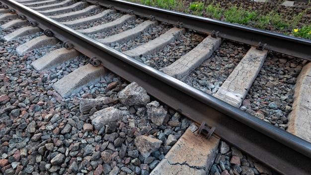 Beschadigde spoorlijn, vernietigde betonnen dwarsligger onder de vlucht. verhoogd gevaar voor treinverkeer.