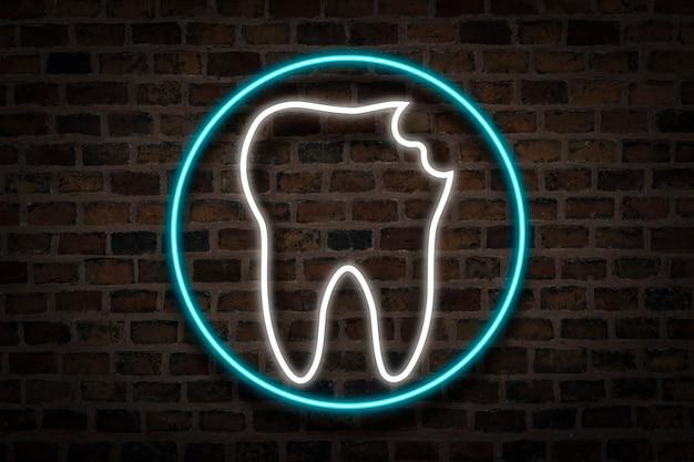 Beschadigde tand, neonteken op de achtergrond van de brandmuur. het concept van tandheelkundige kliniek, eerste hulp.