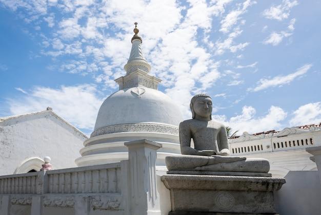 Bescheiden boeddhistische witte tempel met een boeddhabeeld