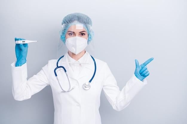 Beschermde viroloog arts arts draag medisch masker directe vinger copyspace