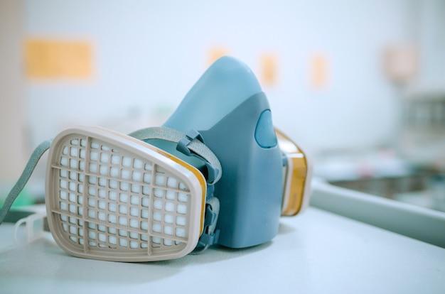 Beschermend chemisch masker in laboratorium