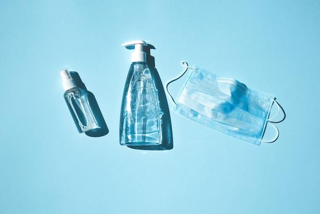 Beschermend masker, ontsmettingsmiddel, antisepticum, zeep - een set bescherming tegen virussen. antivirusbeschermingsconcept bij pandemie