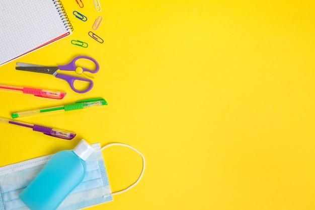 Beschermend masker, ontsmettingsmiddel en schoolbenodigdheden