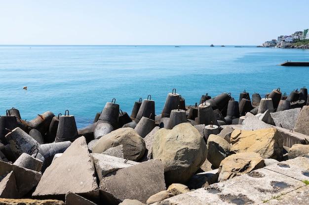 Beschermende betonblokken ontworpen om de kustlijn te beschermen tegen stormen.