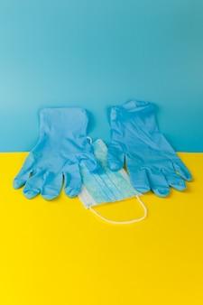Beschermende gezichtsmasker ademhaling tegen oekraïense vlag - coronavirus concept pandemie in oekraïne